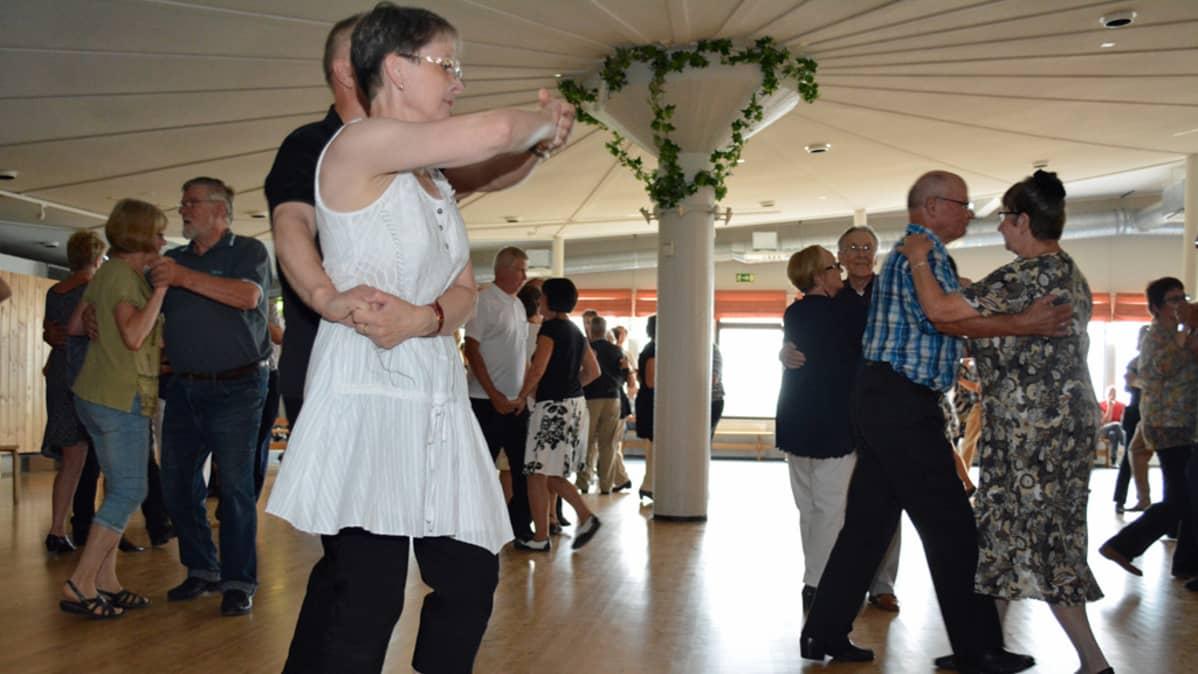Tanssit jatkuivat kello 17:een asti Napiksella.