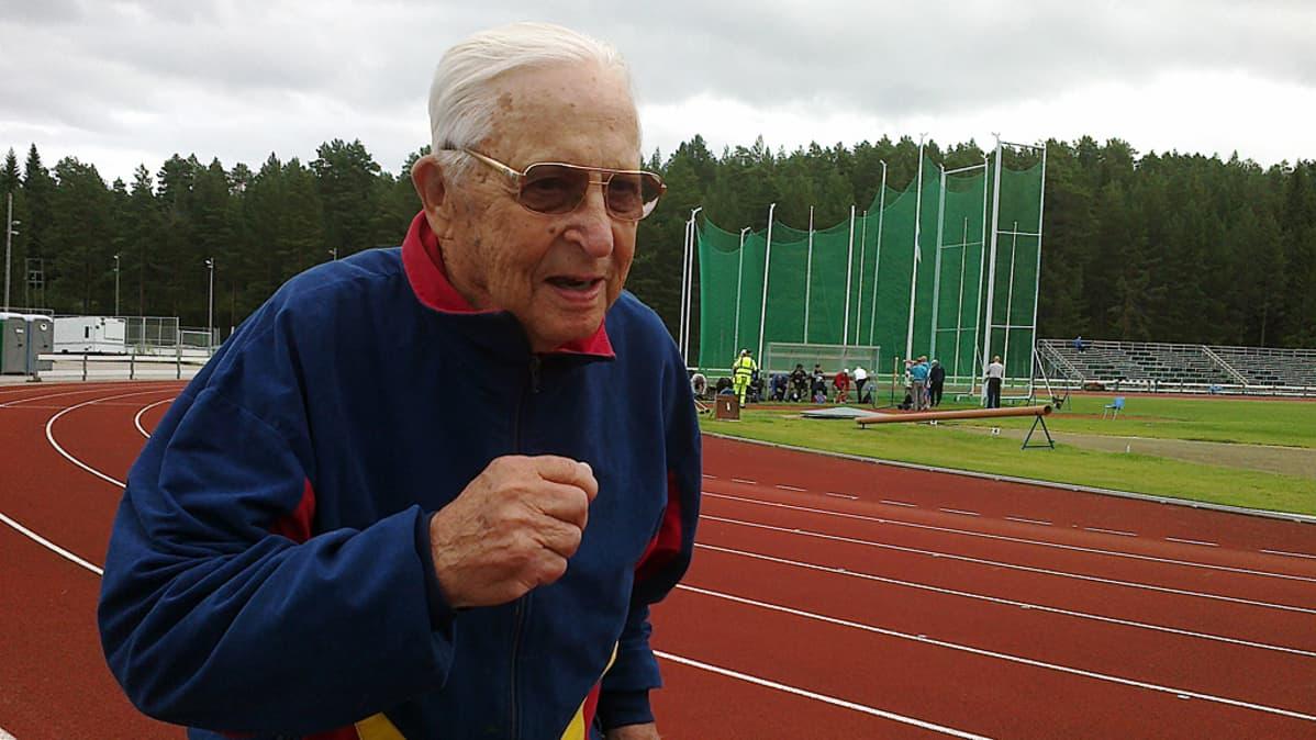 Yli 90-vuotias Ilmari Koppinen osallistuu edelleen pikamatkojen veteraanikilpailuihin. Ilmari lämmittelee Kaanissa Vimpelin laaksossa veteraanien SM-kisoja varten.