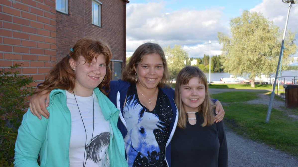 Erityisnuorten partioryhmään kuuluva nuorten naisten kolmikko Ella Lehtola, katja Pöllänen ja Kiia Määttä halaavat toisiaan.