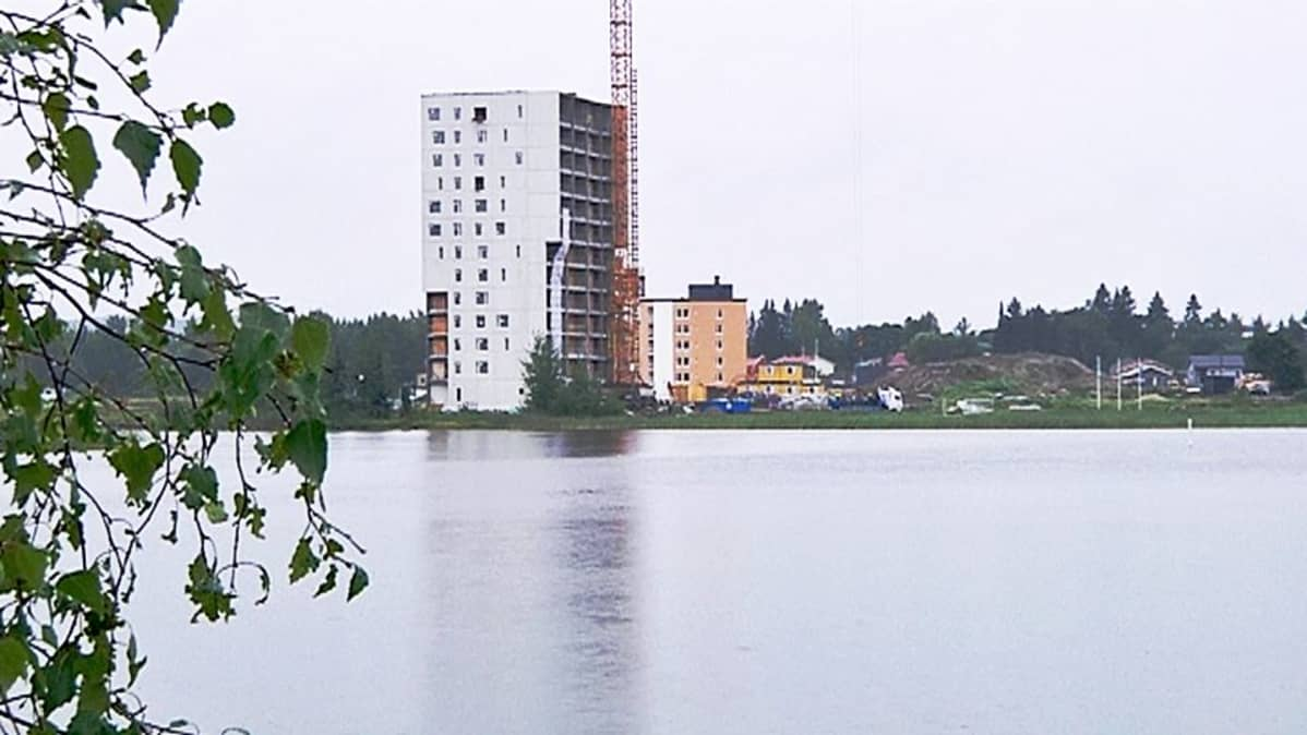 Asuntomessujen tornitalo on lakikorkeudessa.
