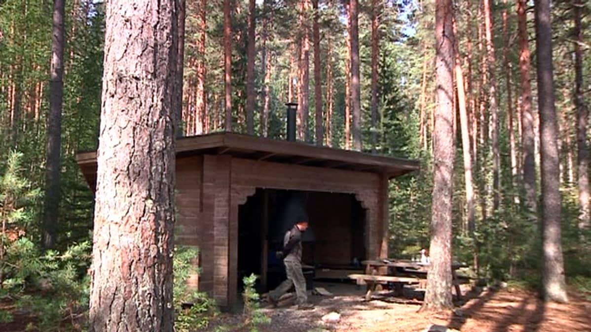 Iitin Vasikkasaaren virkistysalueen nuotiopaikka.