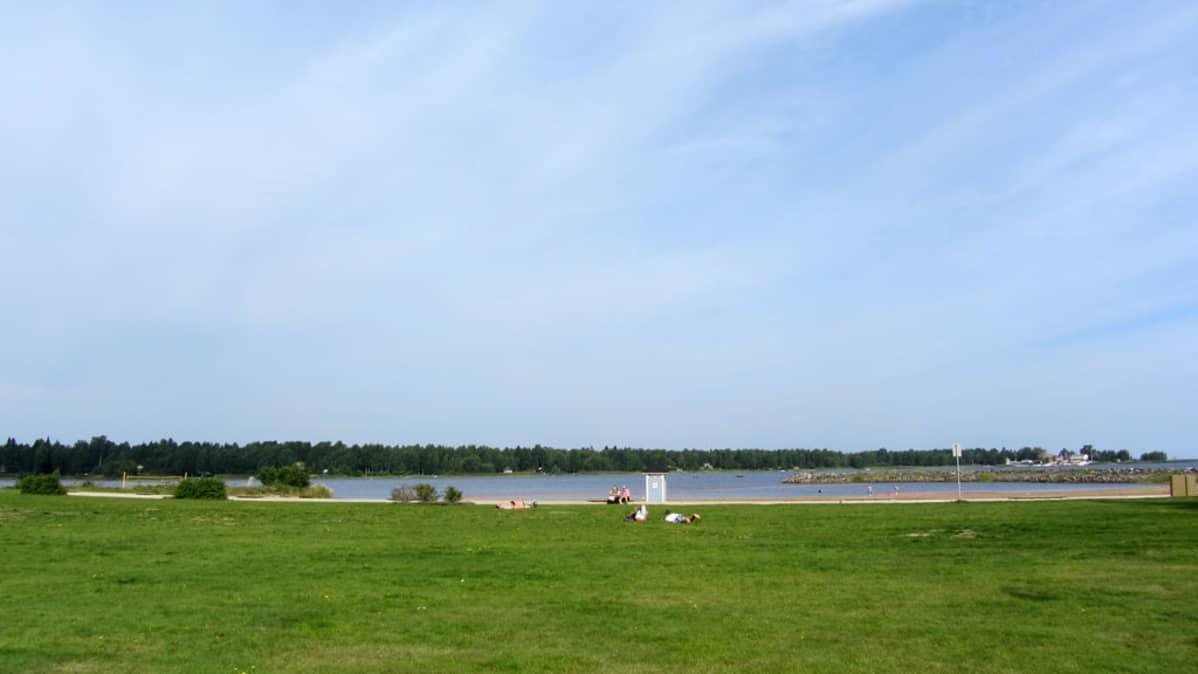 Kuvassa meri ja uimaranta.