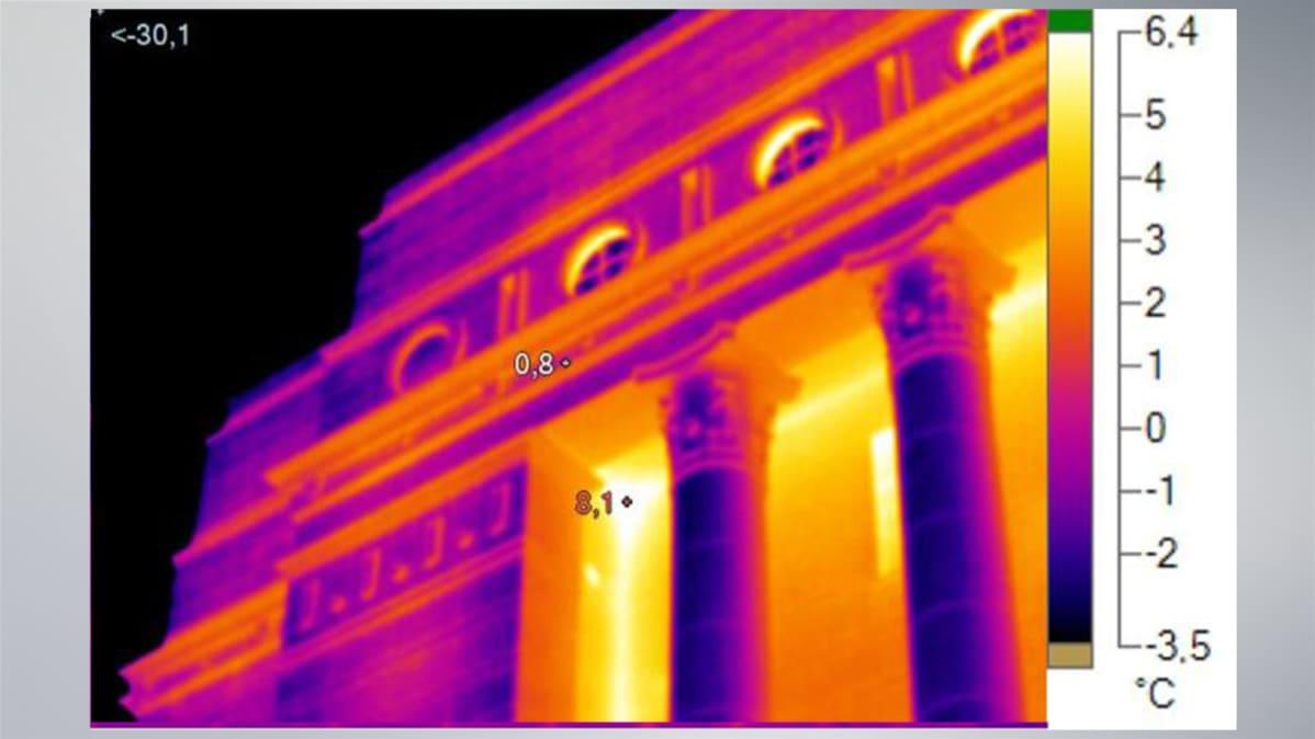 Lämpökamerakuva eduskuntatalon julkisivusta