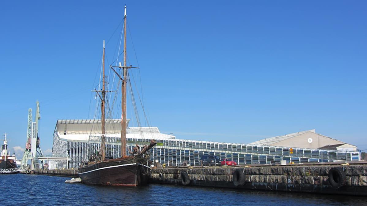 Puuvene merikeskus Vellamon vieressä laiturissa.