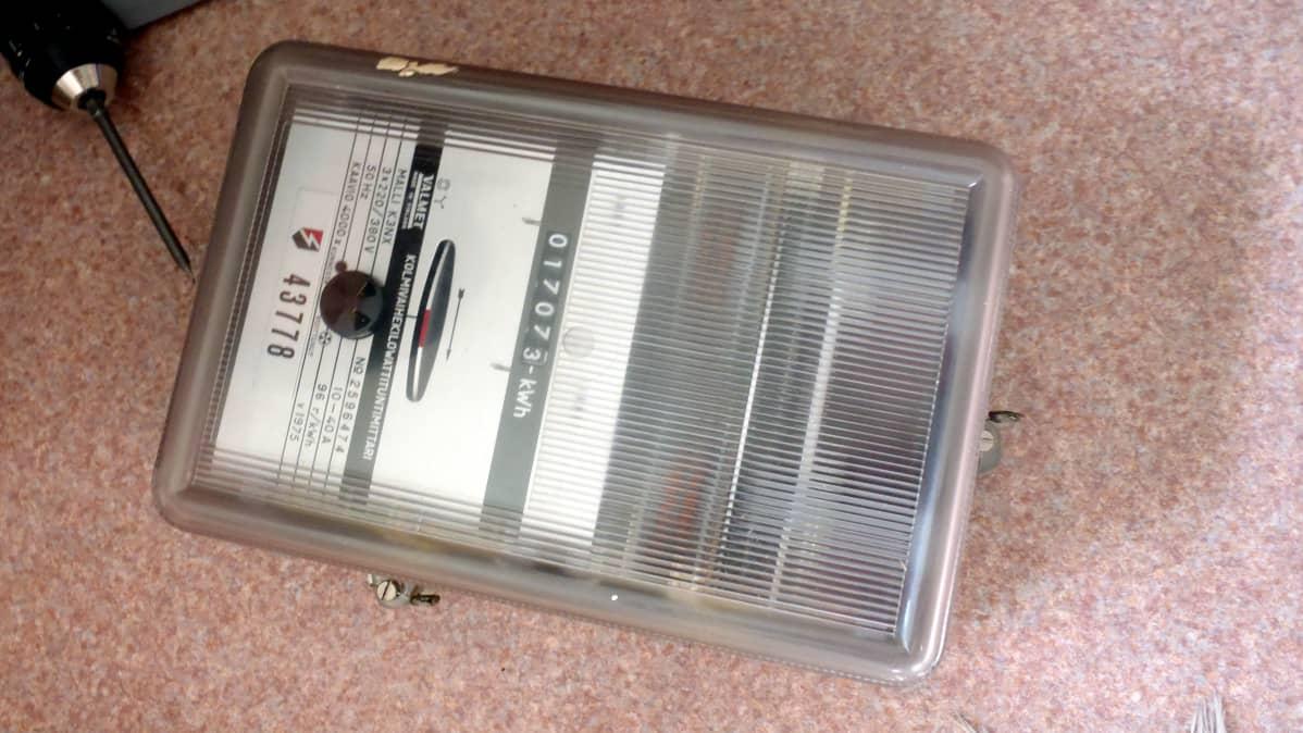 Vanha, vuoden 1975 mallia oleva sähkömittari on pyörinyt aikansa täyteen.