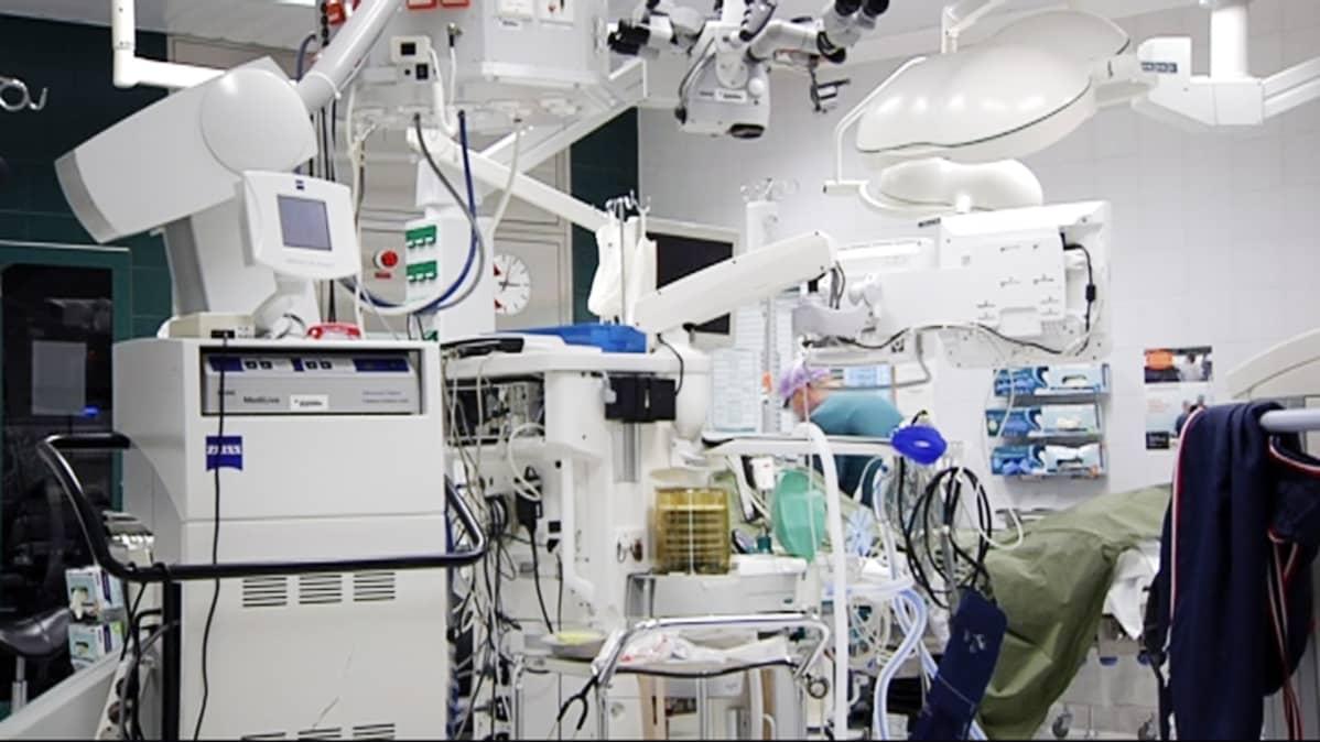 Lääkäri työskentelee leikkaussalissa.