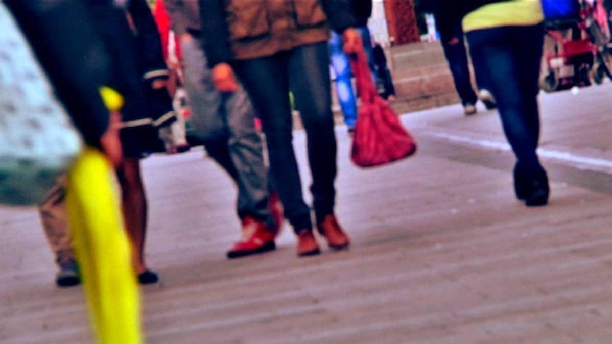 Ihmisiä kävelykadulla
