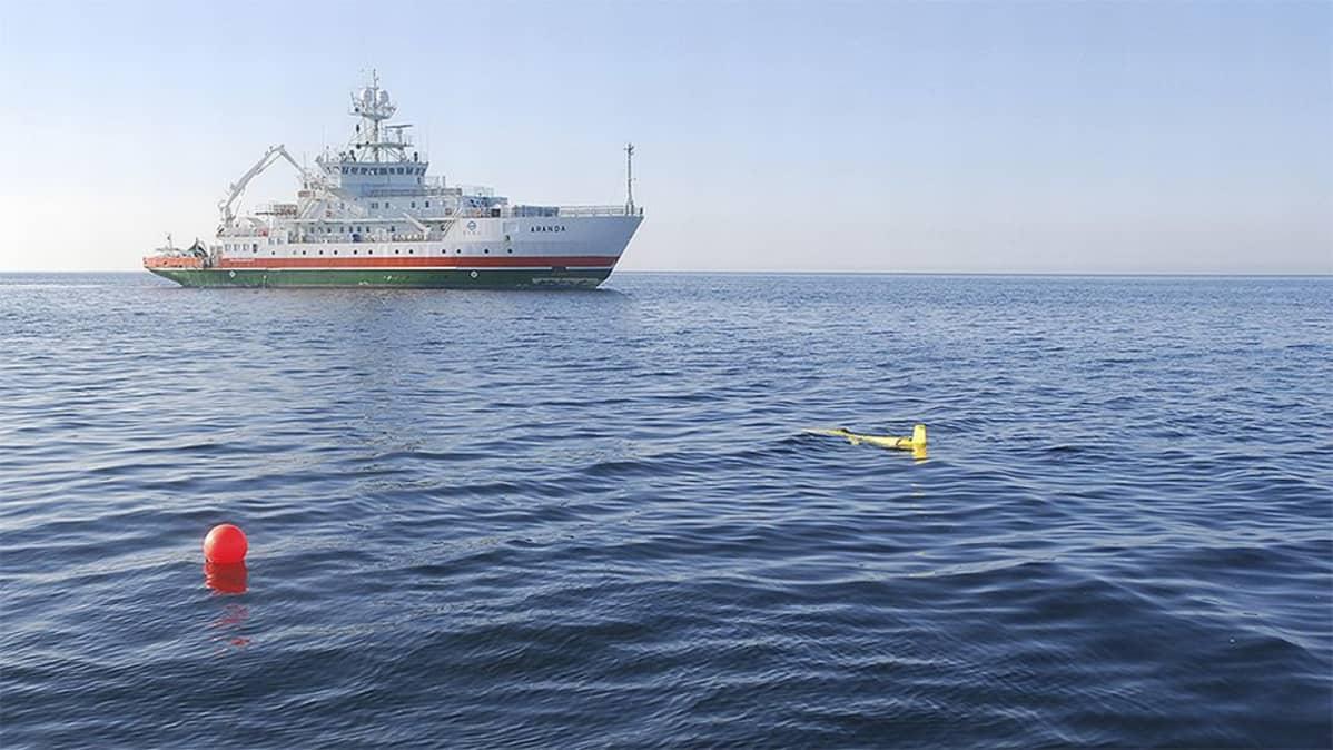 Uutta automaattista kauko-ohjattavaa merentutkimuslaitetta testataan merentutkimusalus Arandalla Itämerellä.