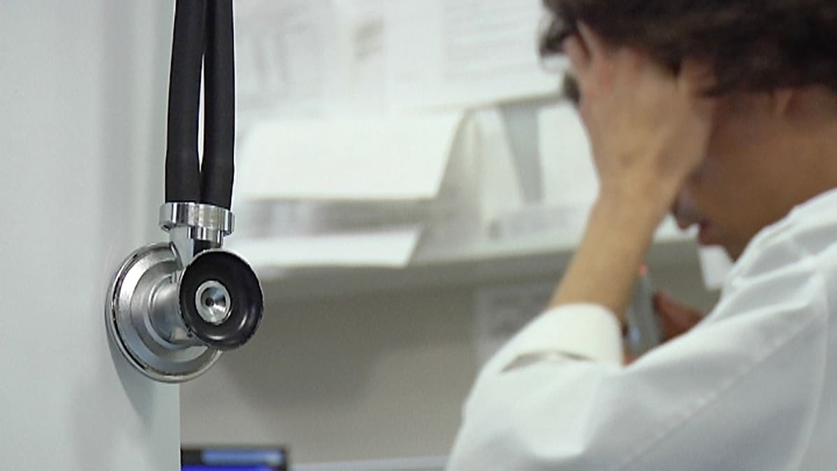 Stetoskooppi ja lääkäri.