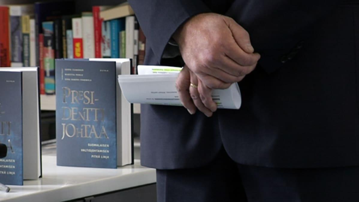 Presidentti johtaa -kirja.