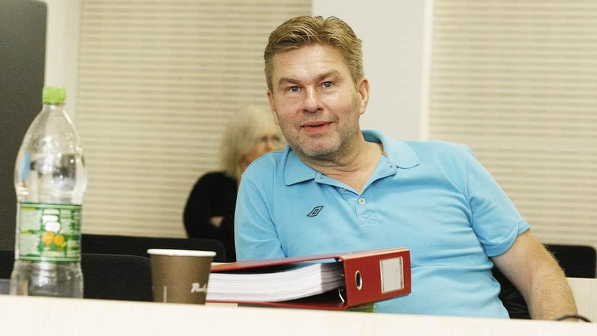 Ilmaisjakelulehti Magneettimedian päätoimittaja Juha Kärkkäinen Ylivieska-Raahen käräjäoikeudessa maanantaina 30. syyskuuta 2013.