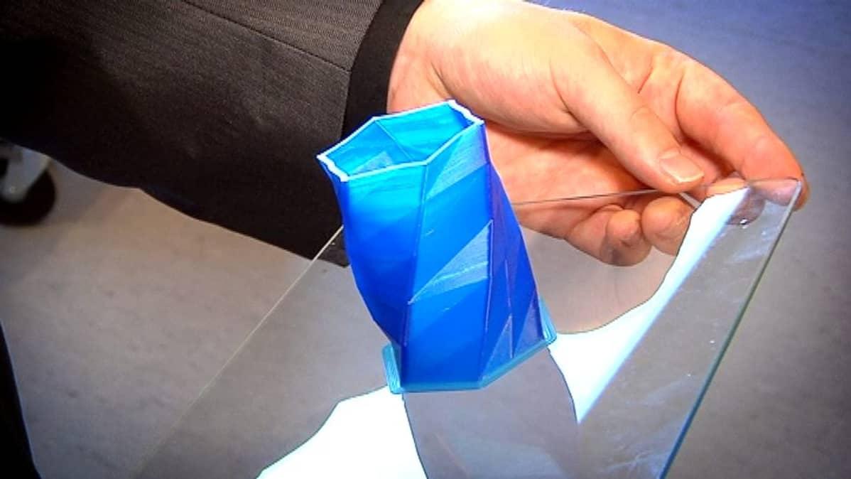 3D-tulostimella tehty monitahoinen maljakko.