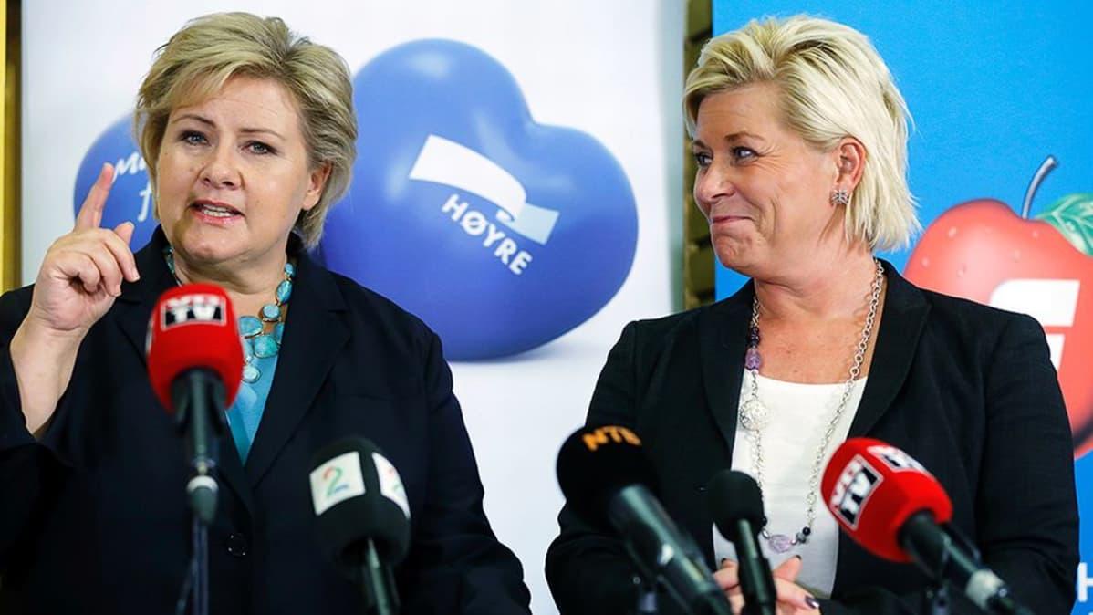 Konservatiivipuolue Høyren puheenjohtaja Erna Solberg ja edistyspuolueen puheenjohtaja Siv Jensen pitämässä lehdistötilaisuutta päästyään sopuun uuden hallituksen muodostamisesta.