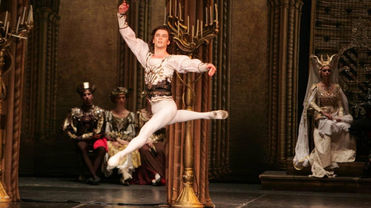 Dimitri Akulin osallistuu vuosittain St. Petersbusg Ballet Theatren maailmankiertueille.