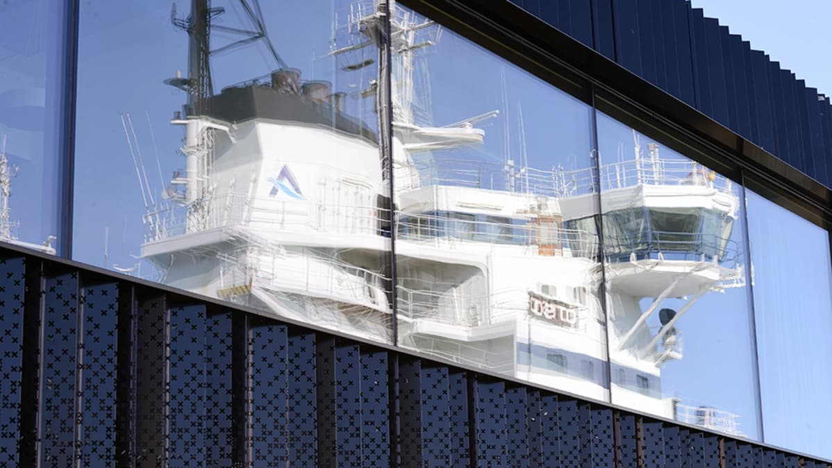 Arctia Shippingin  kelluva konttori  Katajanokalla elokuussa.