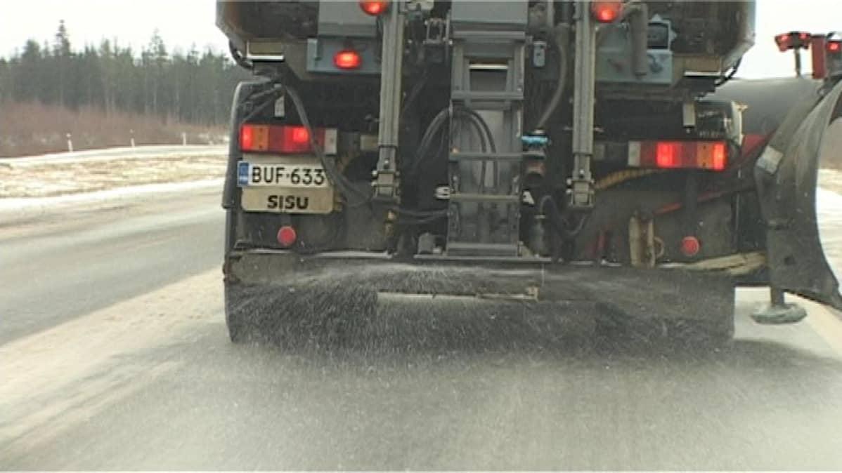 Suola-auto levittää suolaa tien päälle