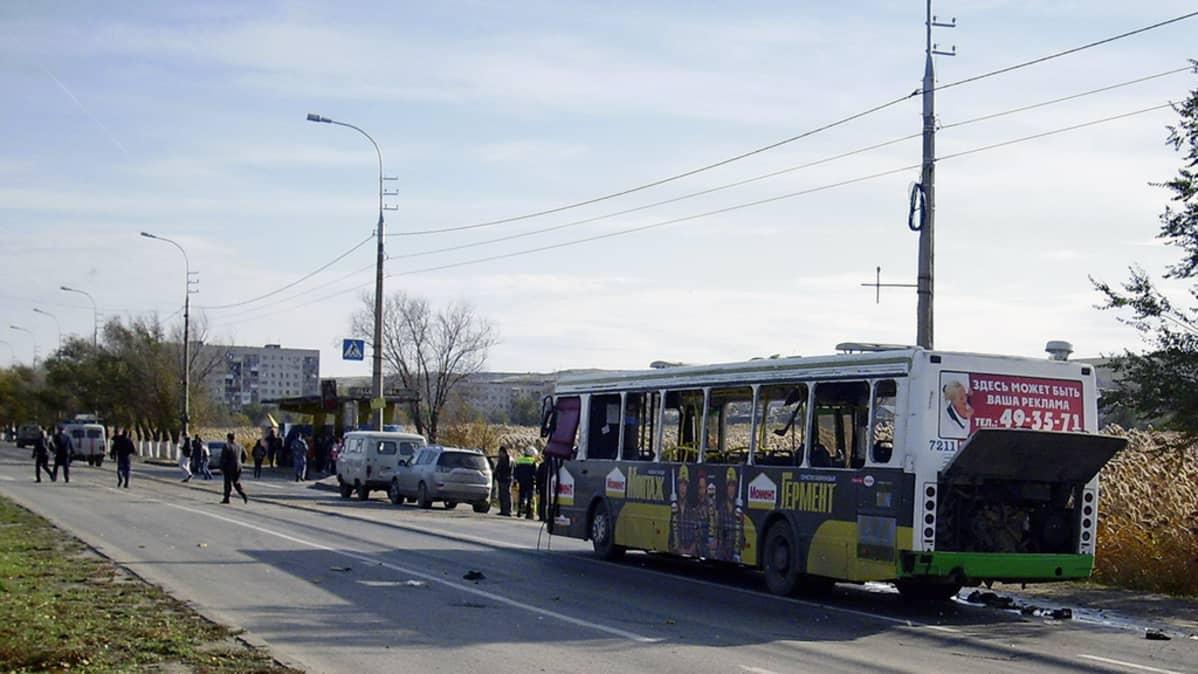 Pommi-iskussa tuhoutunut linja-auto Volgogradissa.