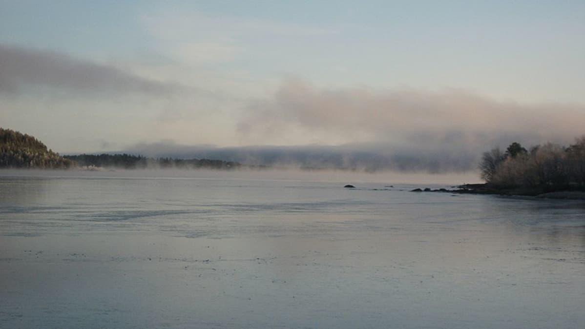 Inarijärvi jäätyy