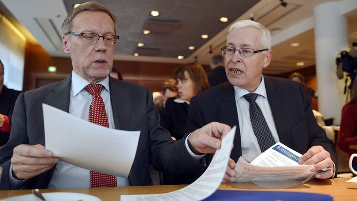 Jukka Pekkarinen (vas.) ja Eläkeneuvotteluryhmän puheenjohtaja Jukka Rantala.