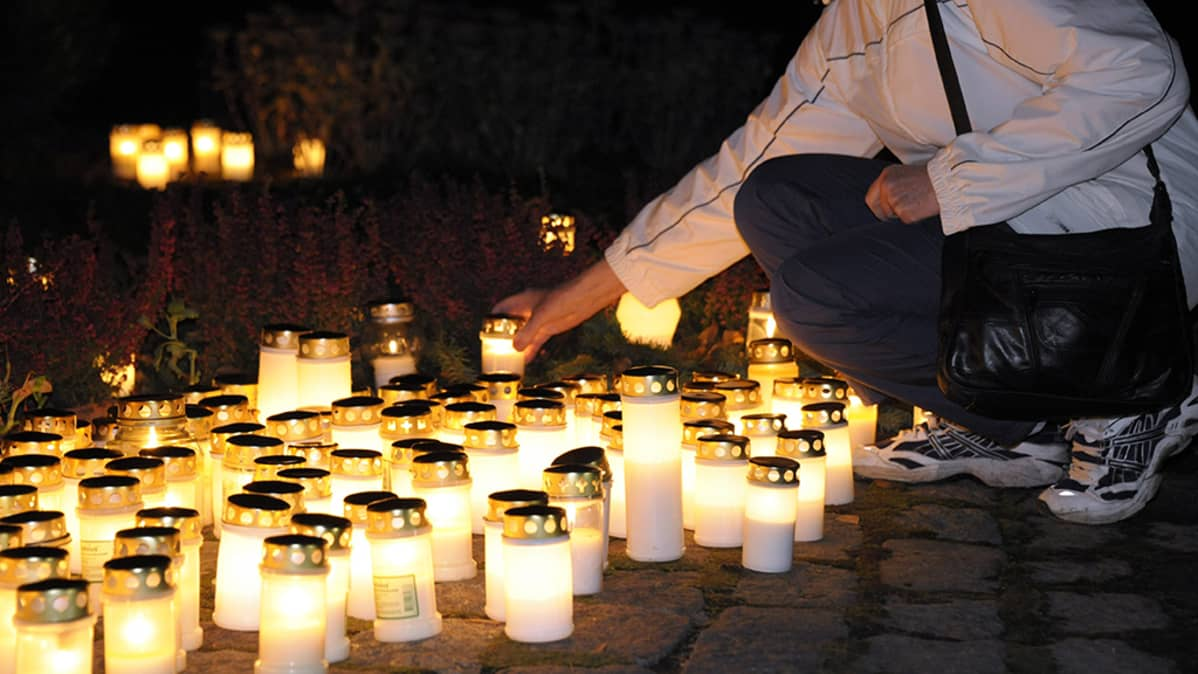Kynttilämeri Pyhäinpäivänä menneiden sukupolvien muistoksi pystytetyllä hautakivellä Honkanummella Vantaalla vuonna 2011.
