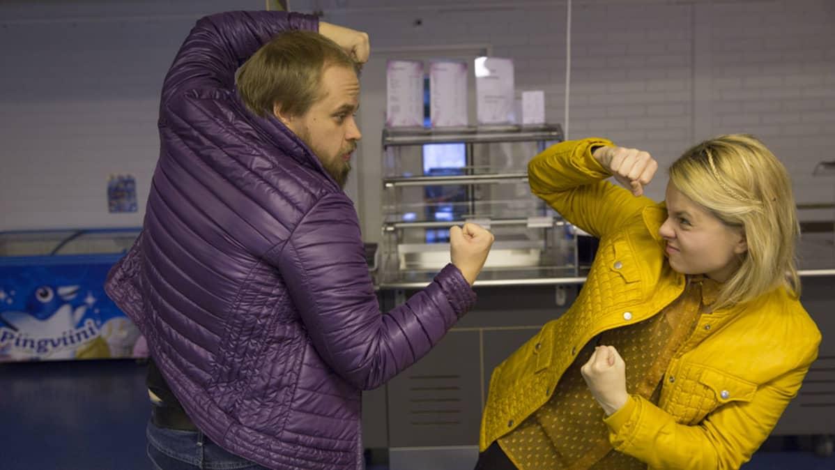 Jari Manninen ja puvustaja Esteri Orjasniemi etsivät mahdollisia pukukokonaisuuksia.