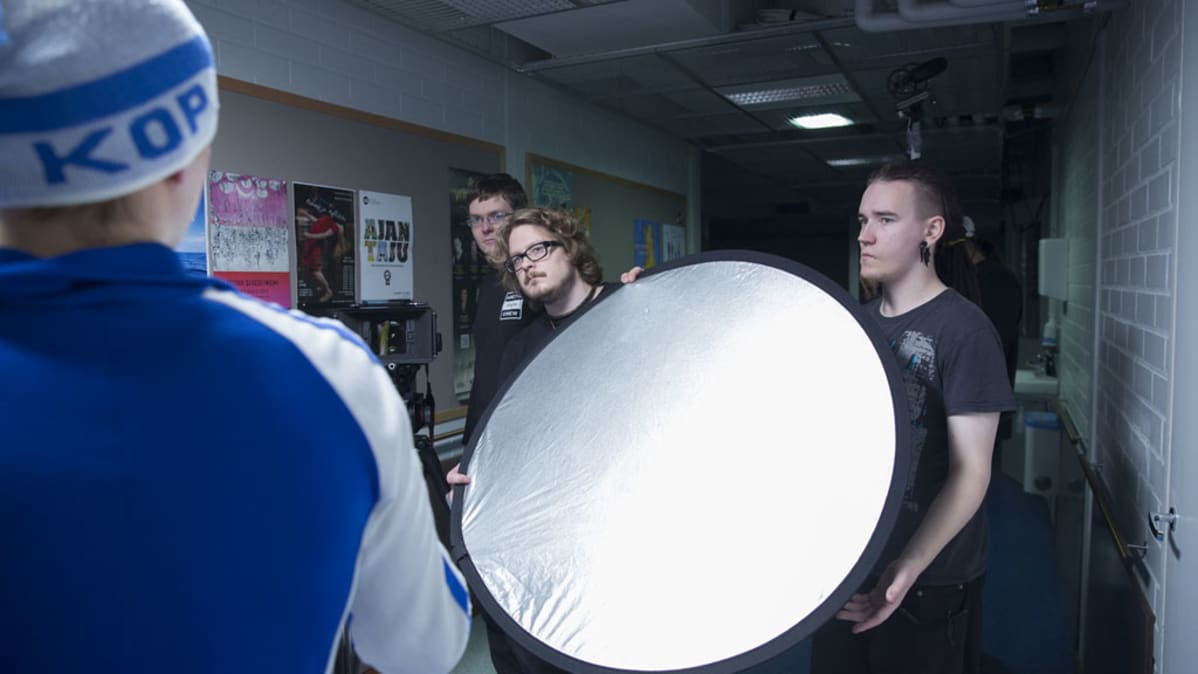 Kuvausryhmä hakee täydellistä valaistusta.
