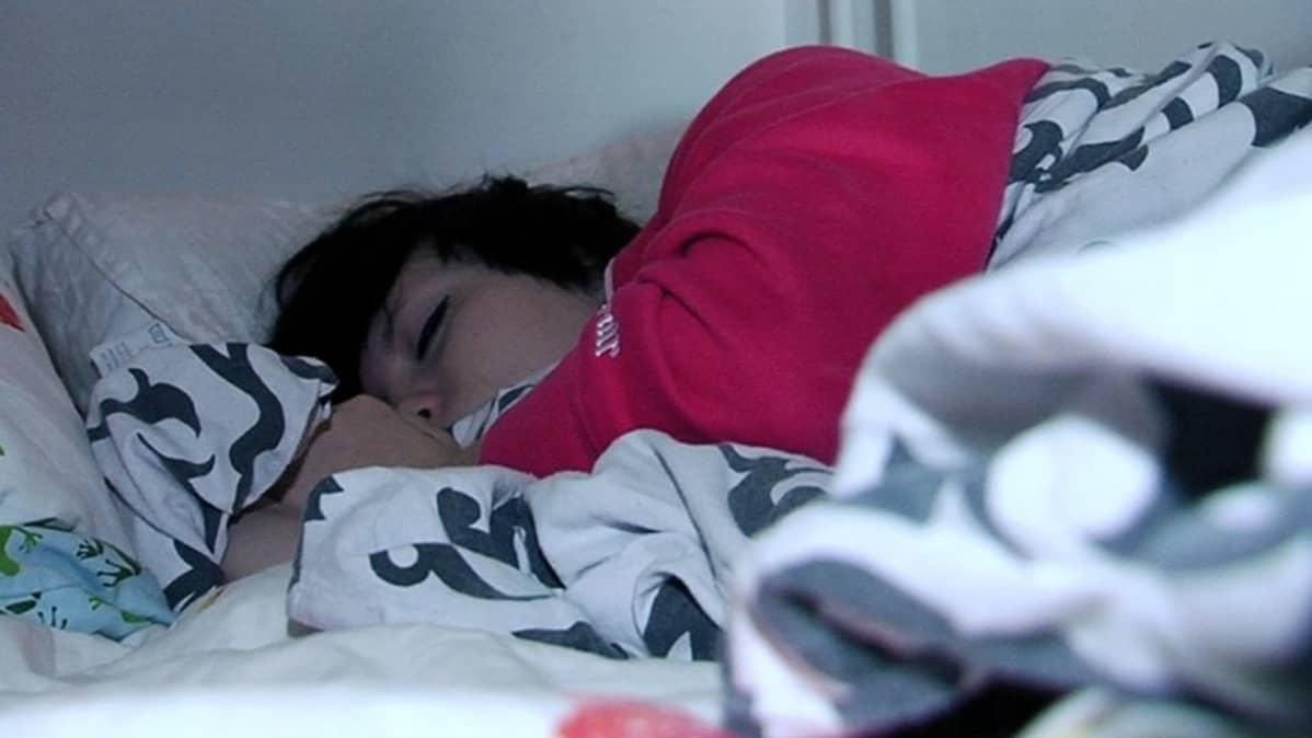 Nuori nainen nukkumassa.