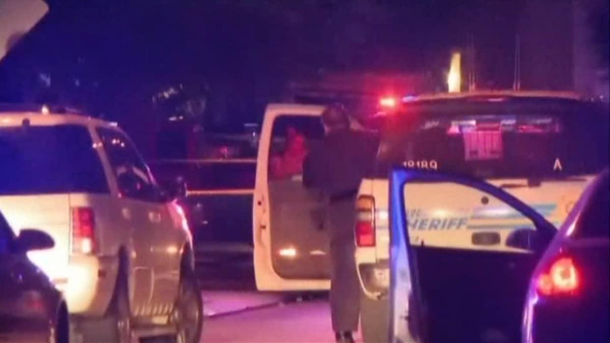 Poliisiautoja rikospaikalla Houstonissa.