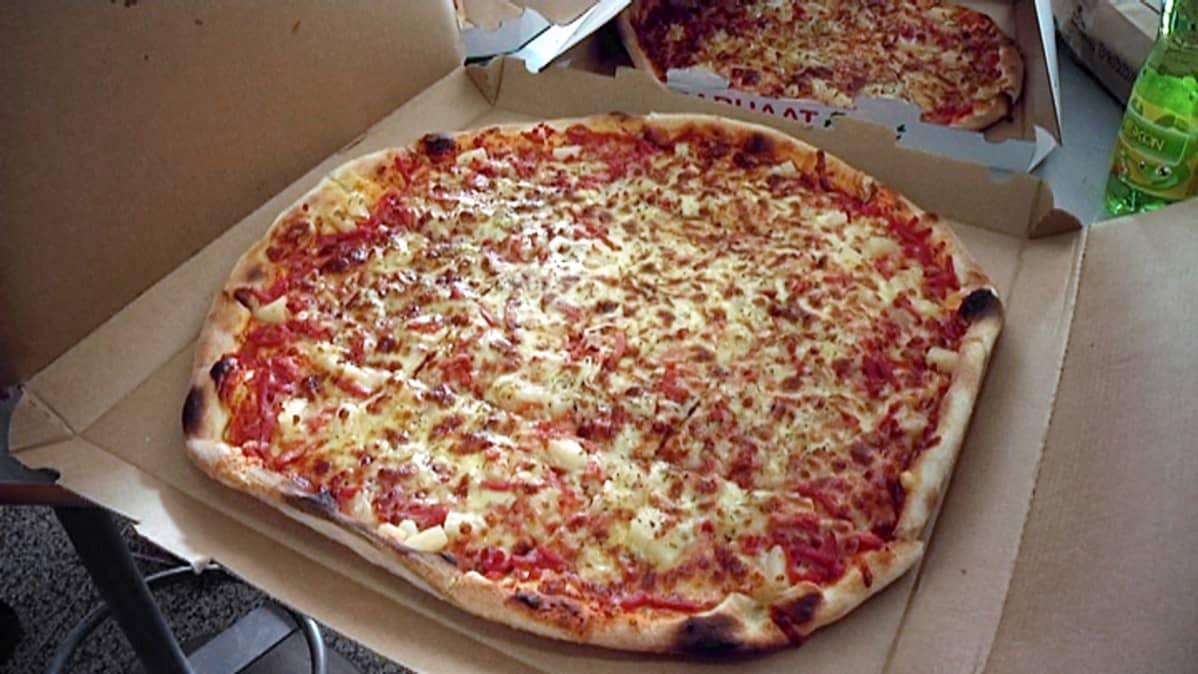 Pitsa pitsalaatikossa.