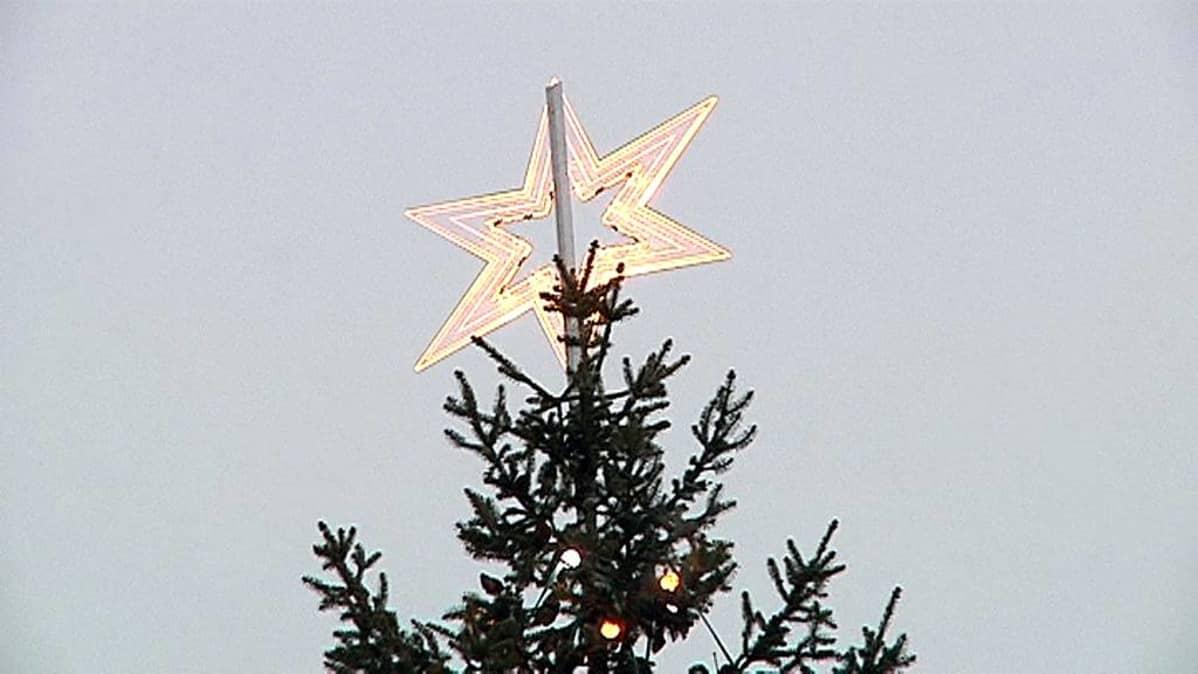 Joulukuusen latvassa tähti.