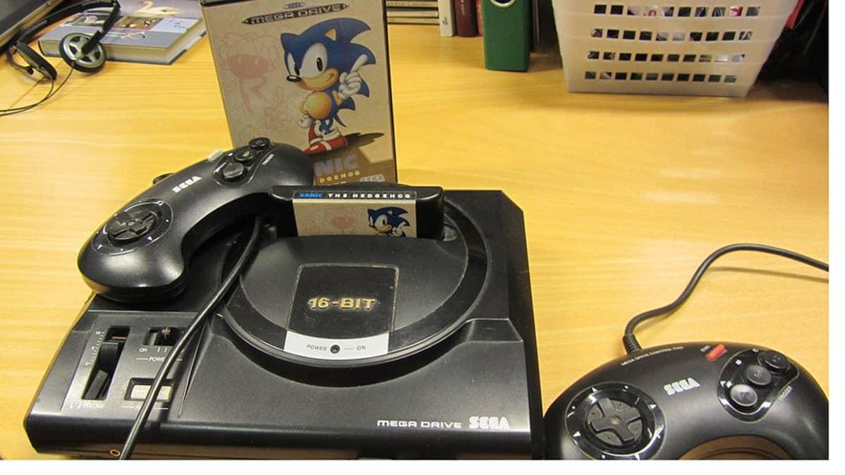 Kuvassa vanha Sega-pelikonsoli