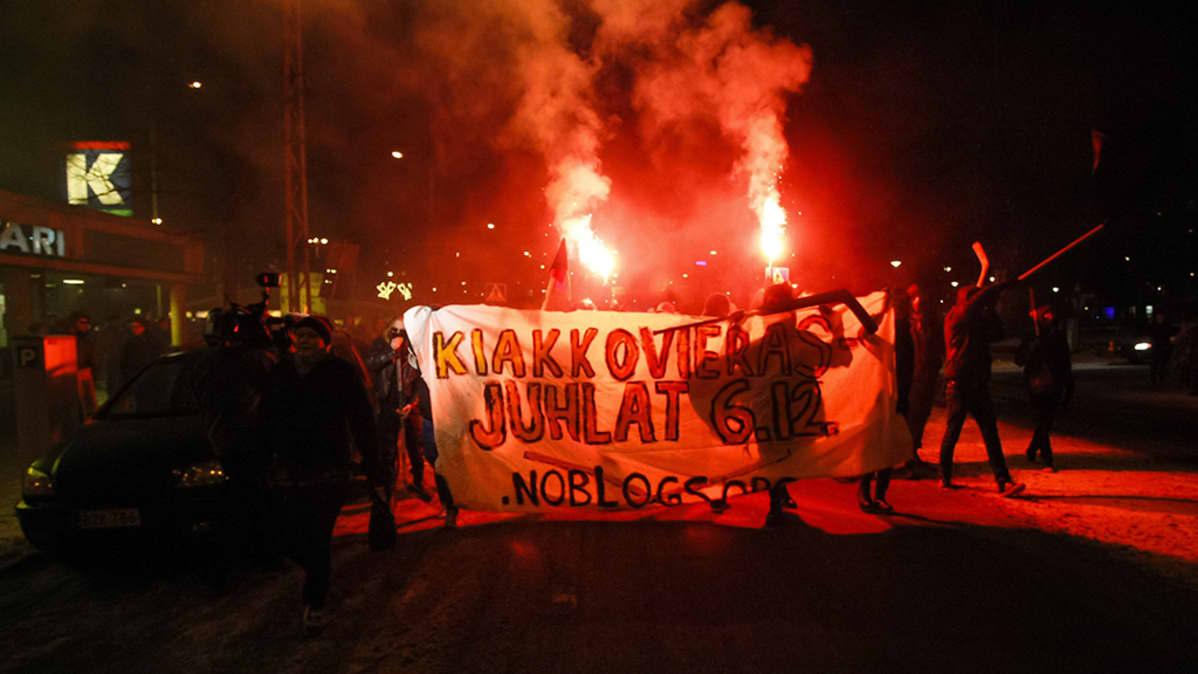 Kiakkovieraiden mielenosoituskulkue Tampereella.