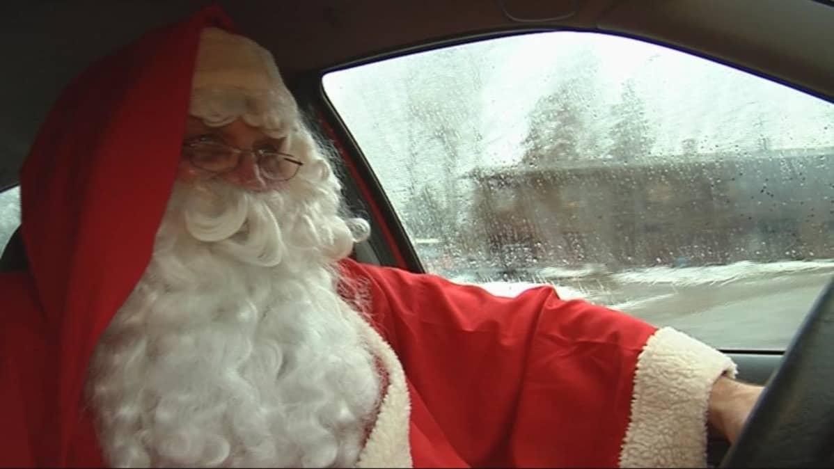 Joulupukki autoilee lahjat koteihin jouluaattona.