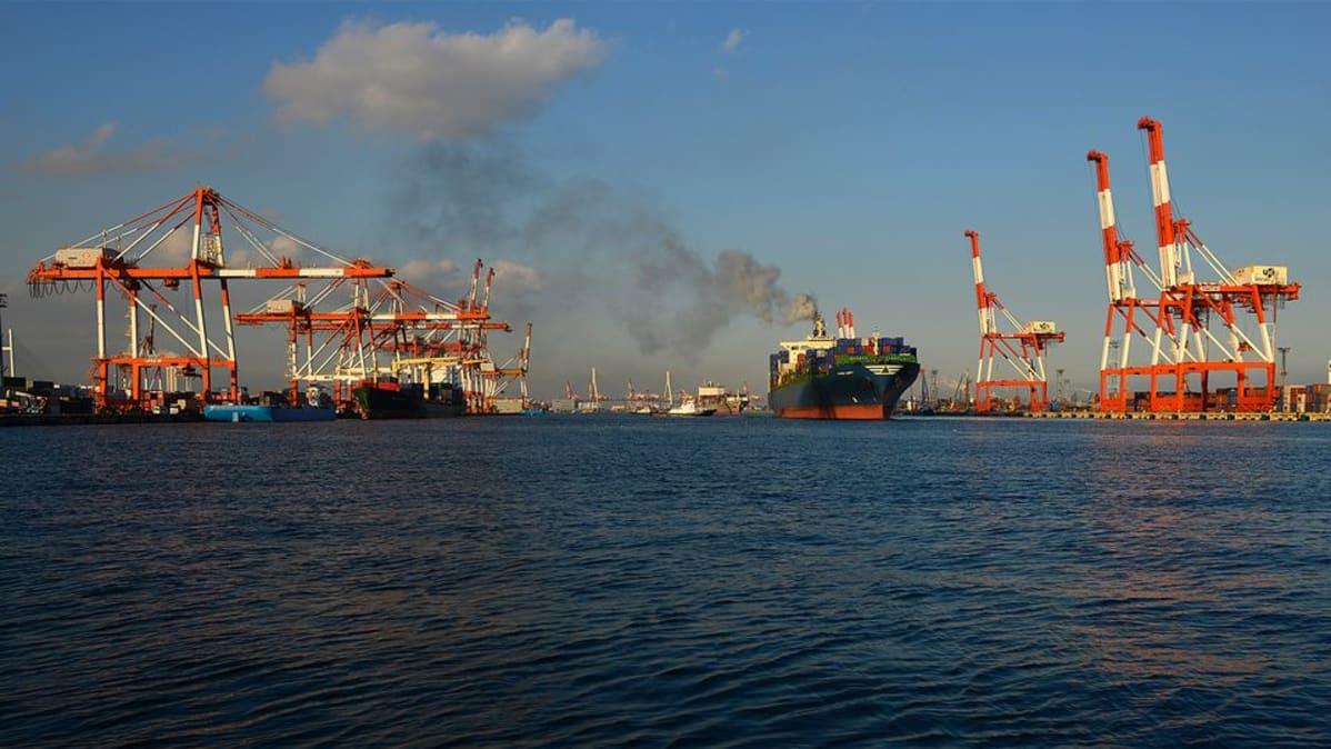 Rahtilaiva satamassa.