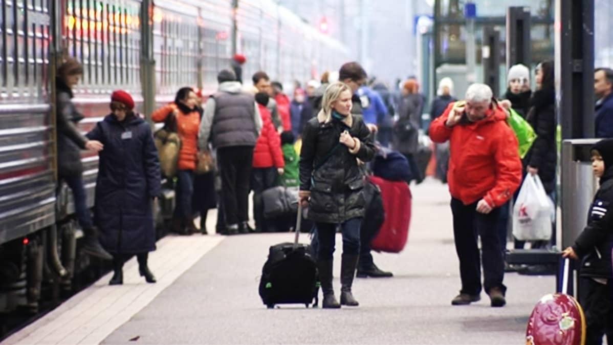 Venäläisturisteja Helsingin rautatieasemalla.