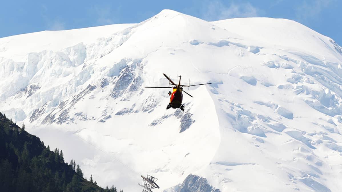 Pelastushelikopteri partioi Ranskan alpeilla Chamonixin lähistöllä vuonna 2012.