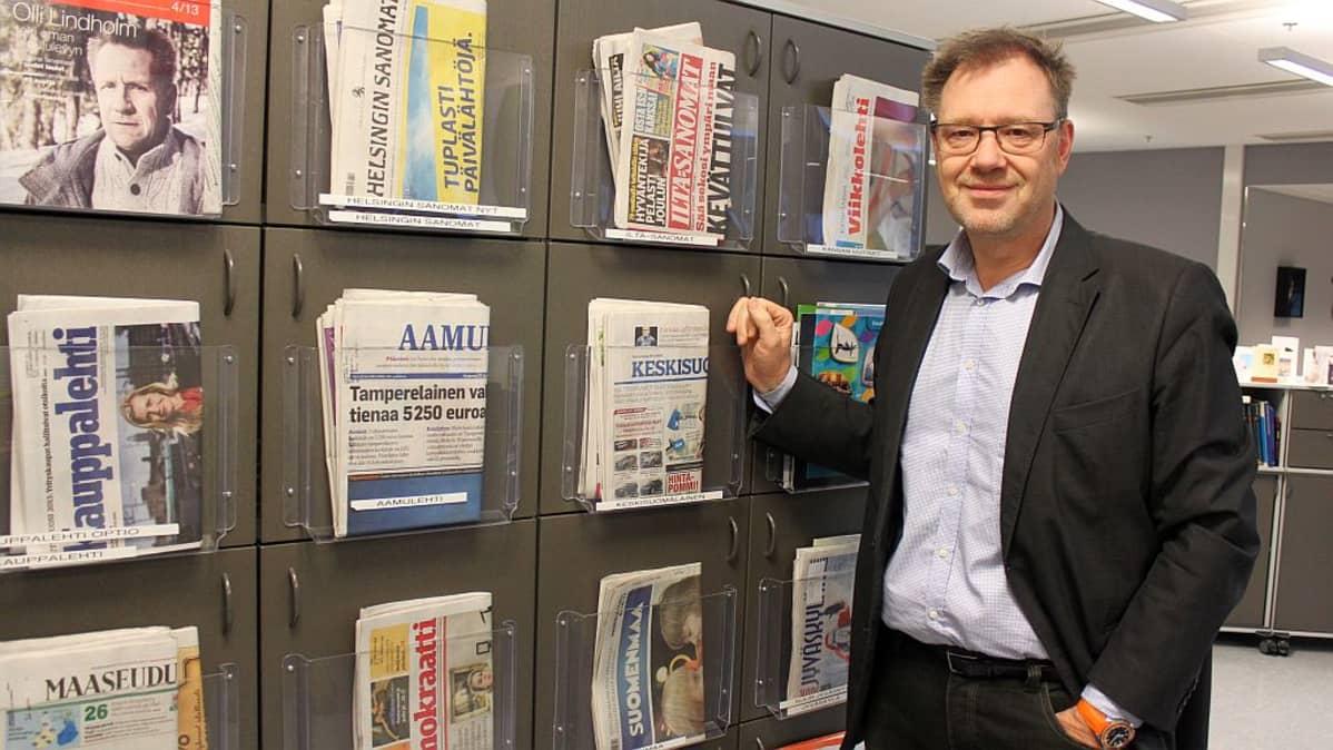 Toimitusjohtaja Vesa-Pekka Kangaskorpi Yle Keski-Suomen lehtihyllykön edessä.