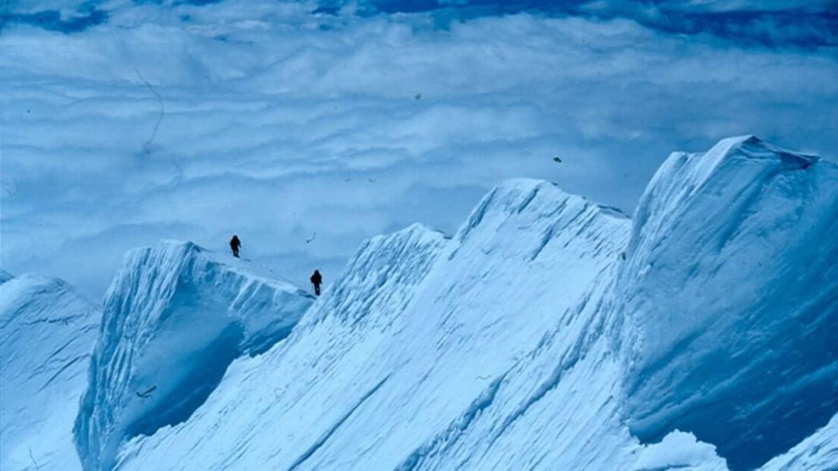 Mount McKinleyn vuorilla kaksi kiipeilijää.