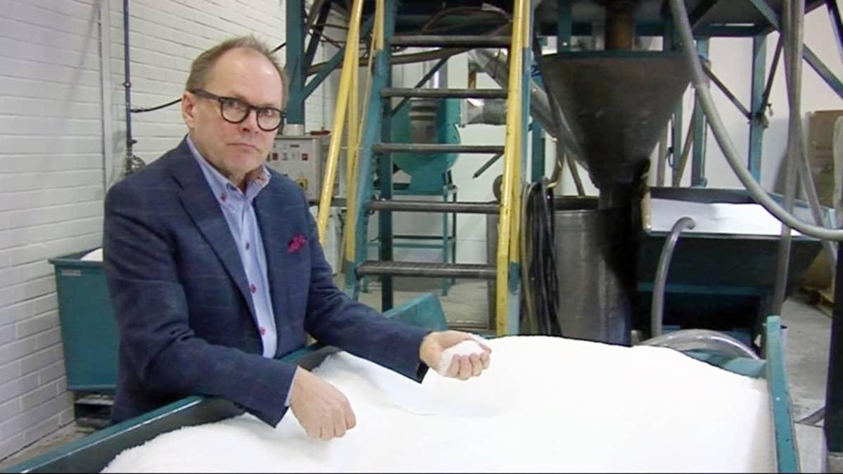 Piippo Oy:n toimitusjohtaja Kari Hirvonen ja laatikollinen tehtaan raaka-ainetta eli muoviraetta.