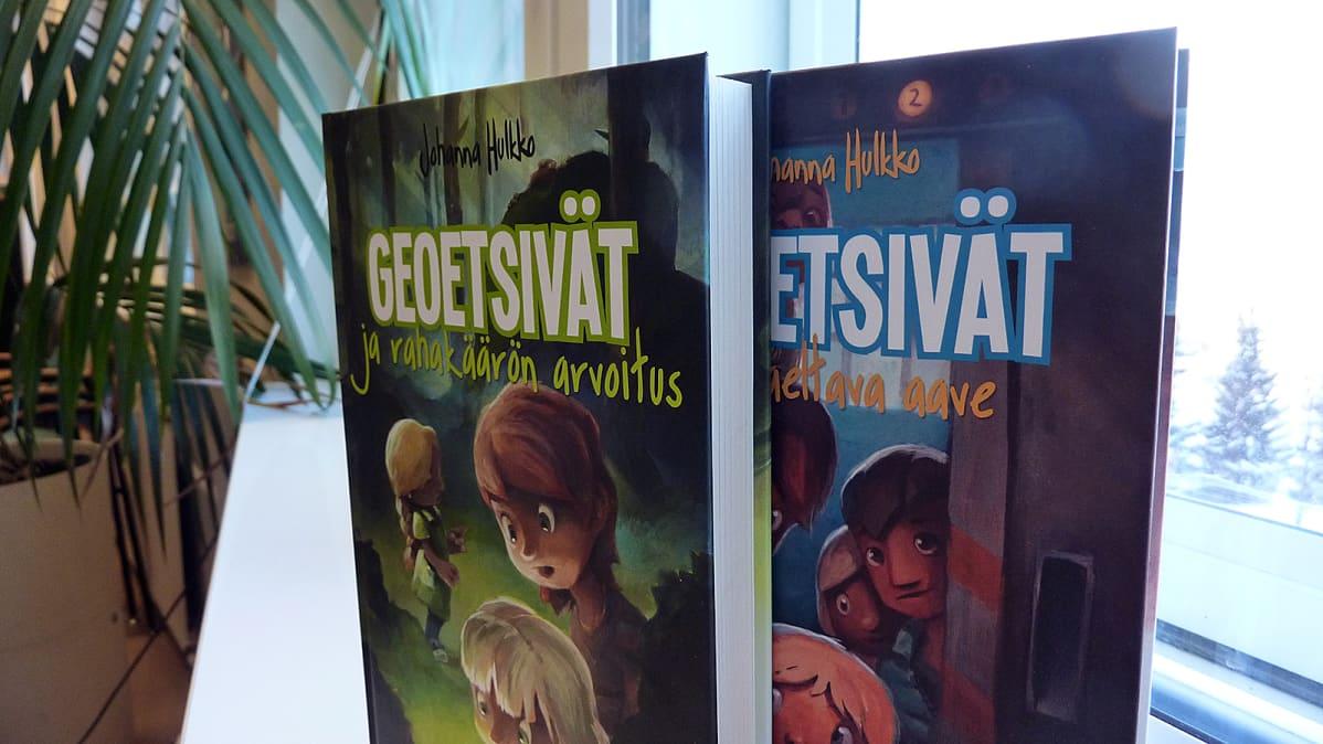 Johanna Hulkon lastenromaanit Geoetsivät ja vaeltava aave sejä Geoetsivät ja rahakätkön arvoitus
