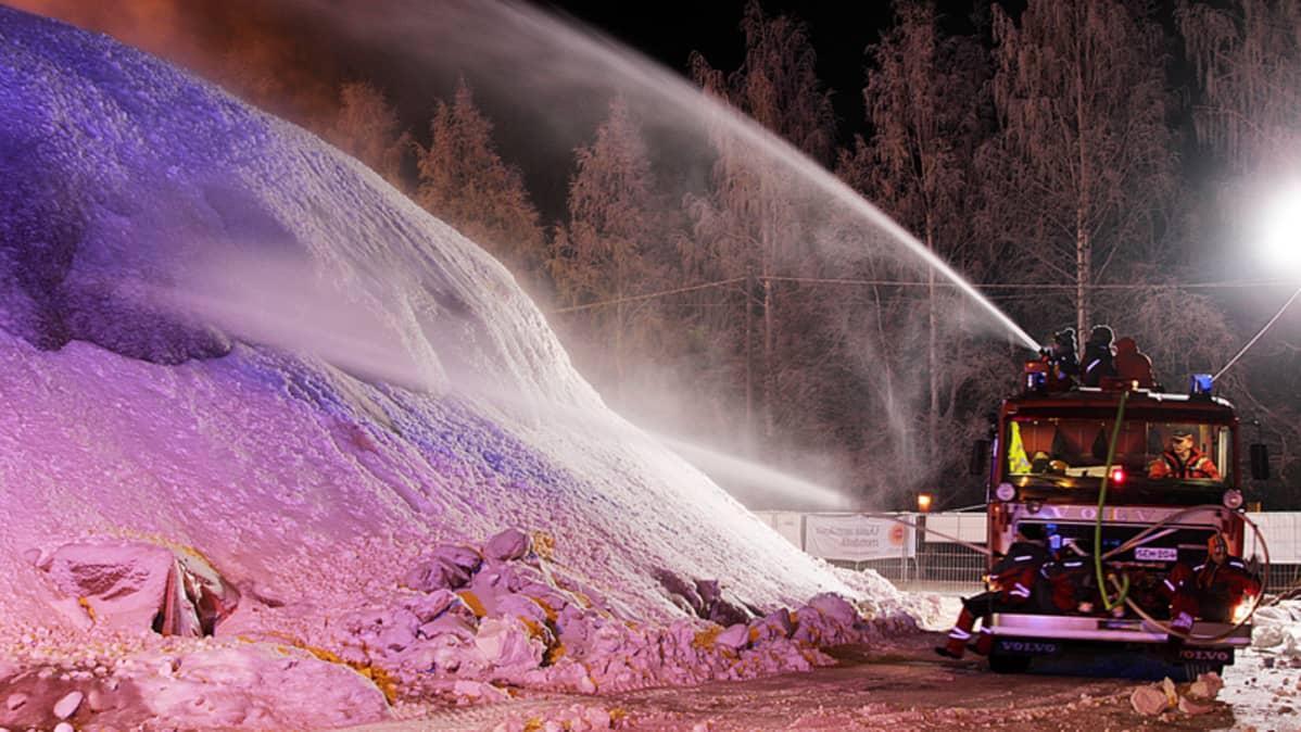 paloauto ruiskuttaa kuplin päälle vettä Juuassa
