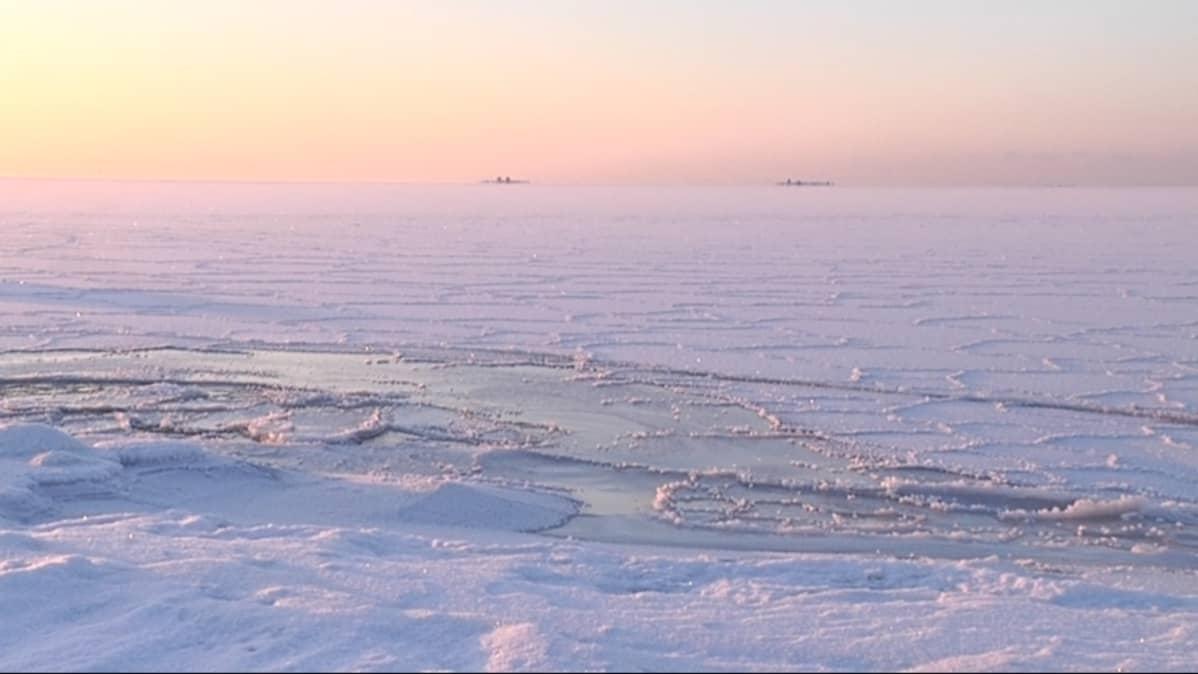 Jäätä Vallgrundin merivartioaseman edustalla