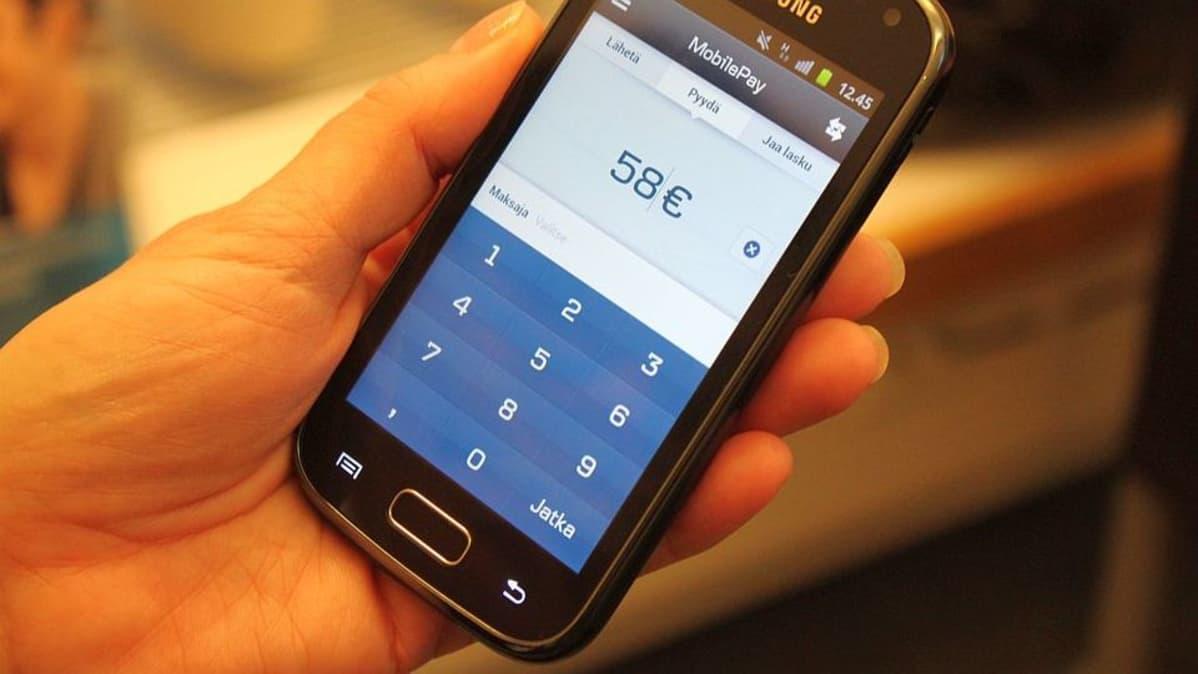 Älypuhelimen ruudulla 58 euron rahasiirtonäkymä.