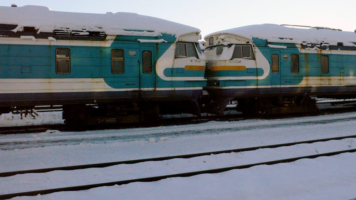 Vanhoja junavaunuja ratapihalla Tallinnassa.