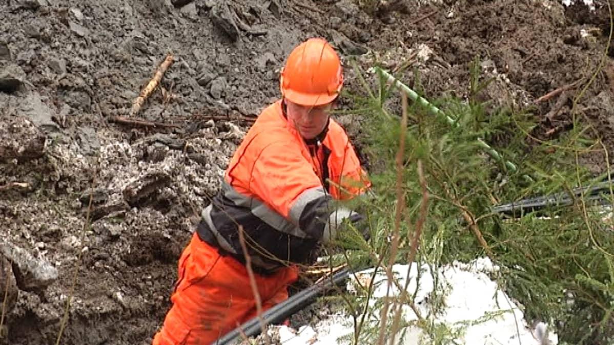 Maakaapelia kaivetaan maahan Vaasan Gerbyssä.