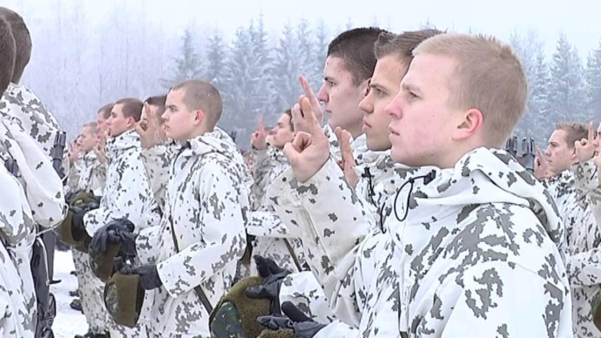 Varusmiehiä sotilasvalaa vannomassa.
