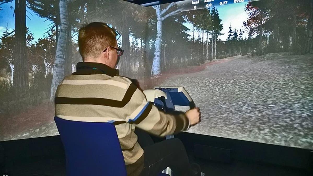 Kainuun Uusi Sairaala -hankkeen projektipäällikkö Terho Pekkala testaa kuntoutujille suunnittilla olevaa simulaattoria.