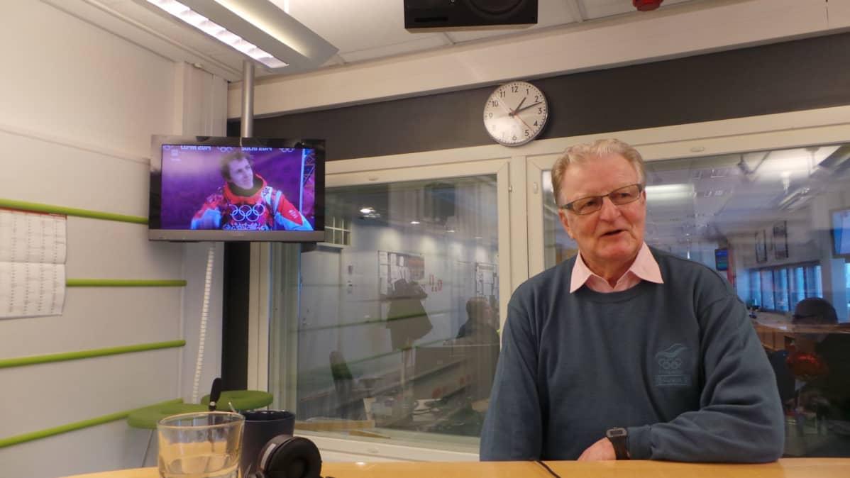 Kosti Rasinperä istuu radiostudiossa