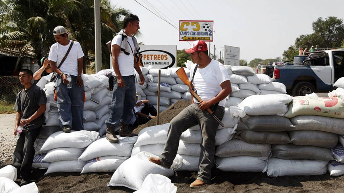 Meksikolainen itsepuolustusryhmä partioi Michoacan Apatzigassa.