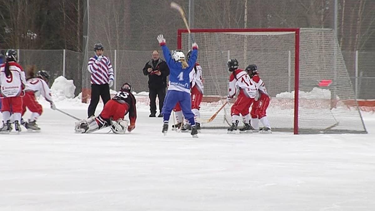 Jääpallon naisten MM-kisat Lappeenrannassa 2014, Suomi voittaa kanadan 3-2.